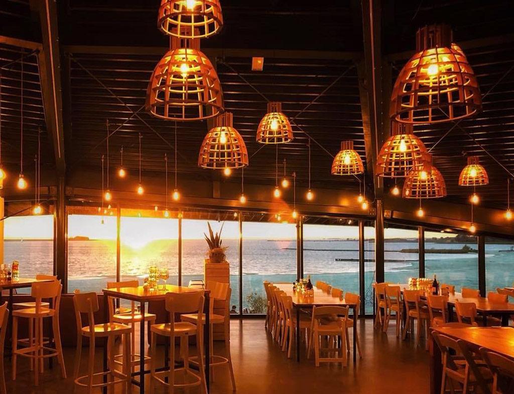 Boot-Huren-En-Dineren-Aan-Boord-Beachclub-Lemmer-3
