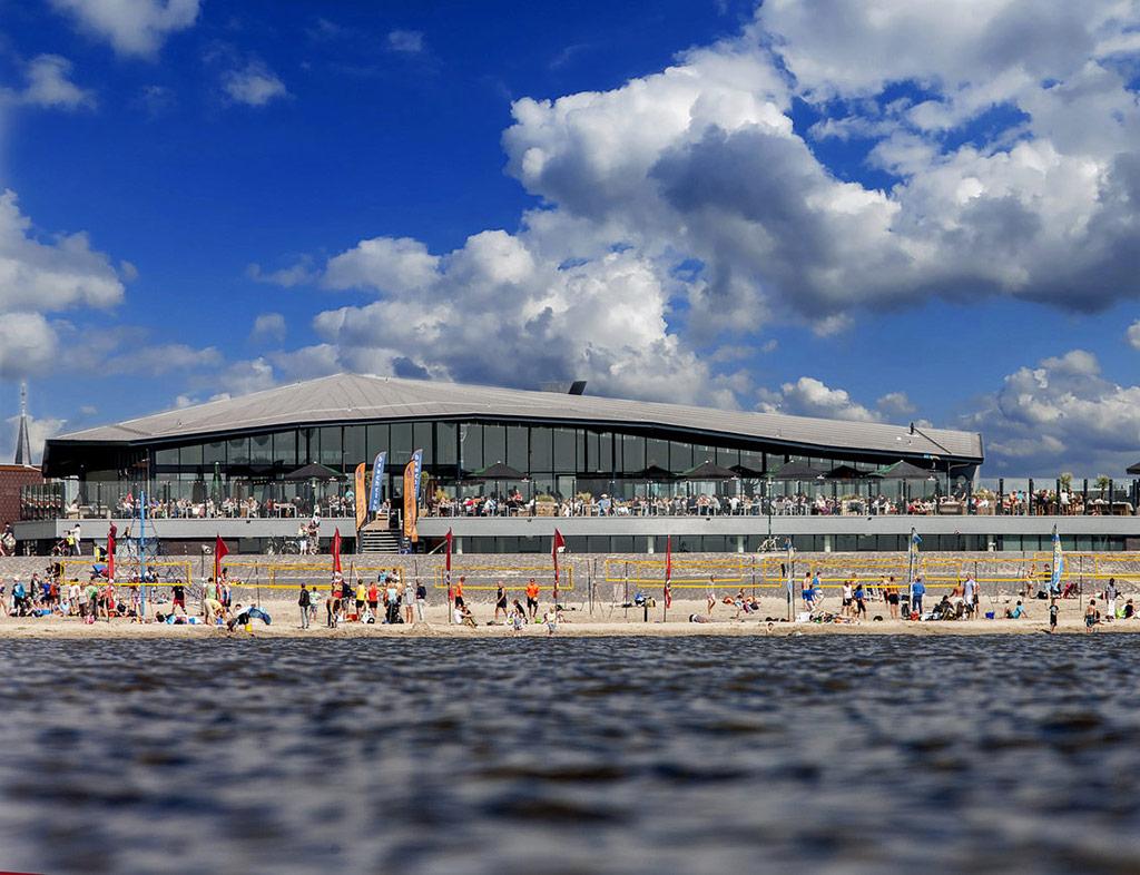 Boot-Huren-En-Dineren-Aan-Boord-Beachclub-Lemmer-4