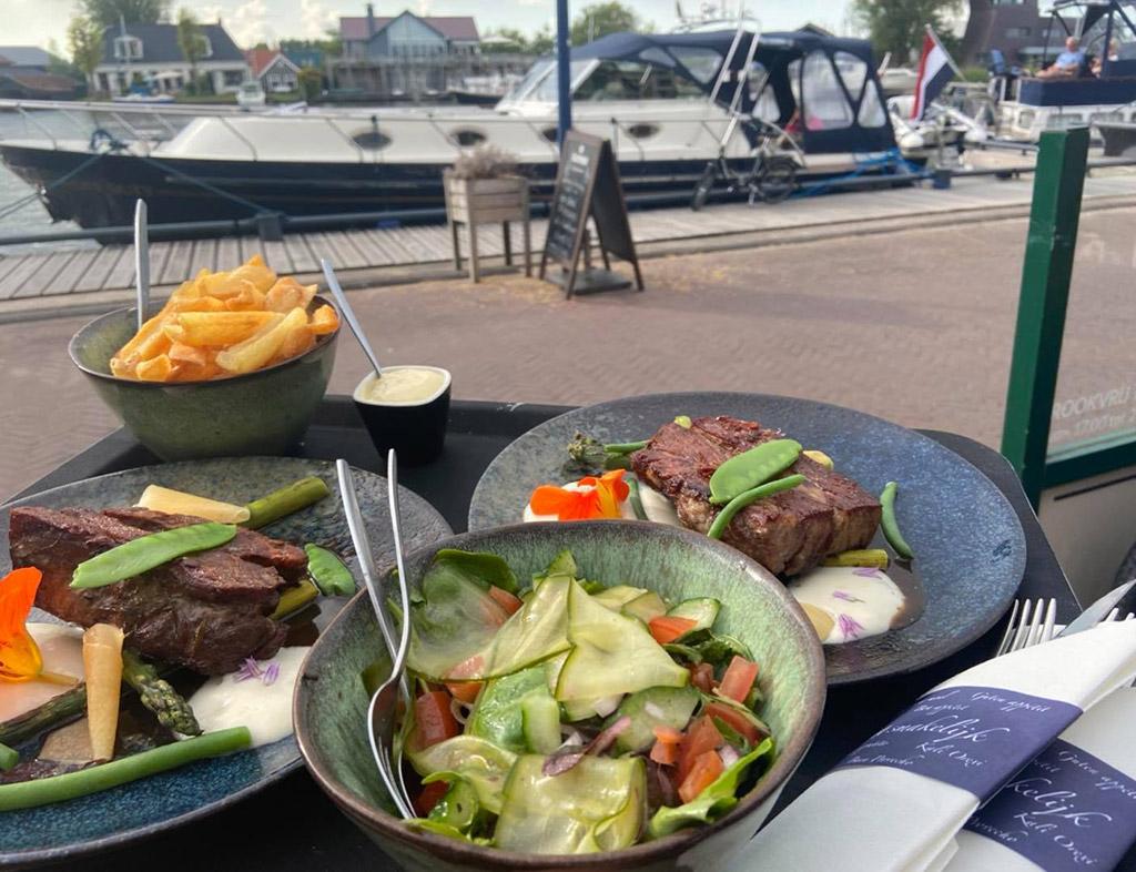 Boot-Huren-En-Dineren-Aan-Boord-De-Kade