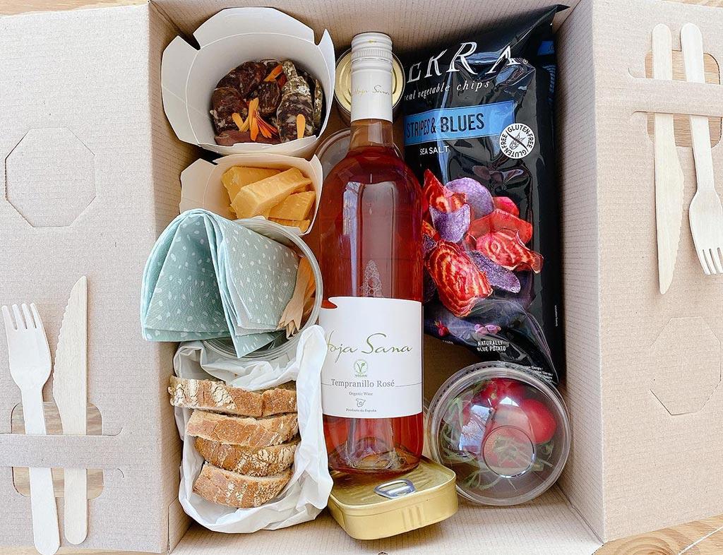 Boot-Huren-En-Dineren-Aan-Boord-Picknickers-Terherne-4